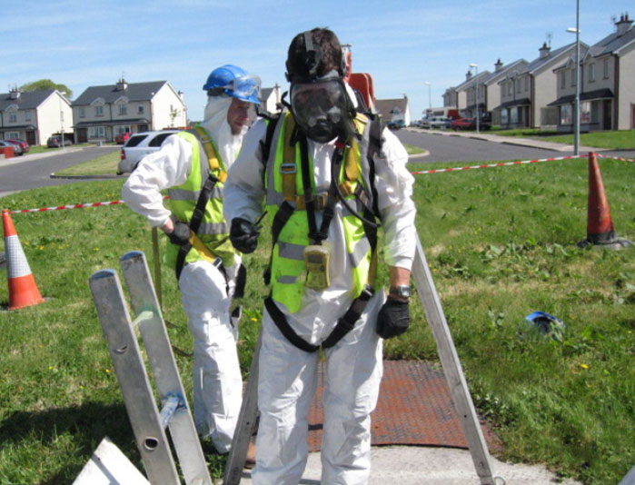 Two pump Maintenance personnels in protective gear